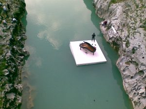 klavir na plavajočem odru